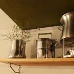 キッチンに棚を付けてお気に入りのキッチンウェアや食材をおしゃれに飾る